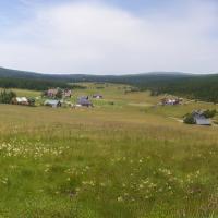 Panoramatický pohled na Upolínovou louku a osadu Jizerka