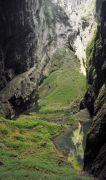 Propast Macocha ; Dno Macochy od Pasovského jeskyně s Horním a Spodním jezírkem a suťový kužel