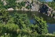 PR Růžový vrch a EVL Údolí Dyje - skalní stěna v údolí Dyje zatopeném vodní nádrží Vranov | Autor: Petr Slavík