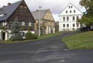 Náves s kapličkou v Dolních Nezlech | Autor: Vladimír Němec