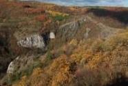 Údolí Kačáku u Hostimi, v pozadí Dušičková stěna | Autor: Josef Mottl